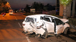 Kazada hurdaya dönen otomobilinden yara almadan çıktı !