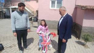 Cumhurbaşkanı Yardımcısı Oktay'dan minik bağışçıya duygulandıran hediye