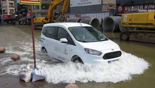 Kadıköy'de su borusu patladı, caddeler göle döndü!