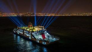 Haluk Levent İzmir'i ''denizden'' salladı