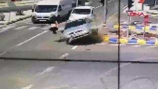 Dehşete düşüren kaza kamerada! Yayayı fırlatıp attı