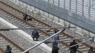 Bakırköy'de hareketlilik ! ''Çantamda bomba var'' deyip raylara oturdu