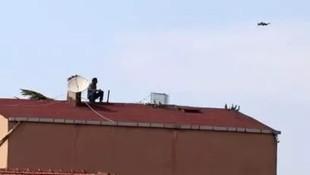 Hava almak için çıktığı çatıda hayatının şokunu yaşadı