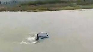 İnanılmaz görüntü! Otomobili kaldırıp nehre attılar
