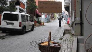 İstanbul'da evlerin pencerelerinden ''yardım sepetleri'' sarkıyor