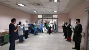 Koronavirüsü yenen 20 kişi alkışlarla uğurlandı