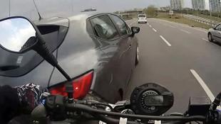 İstanbul trafiğinde motosikletlilerin ölümden döndüğü an kamerada