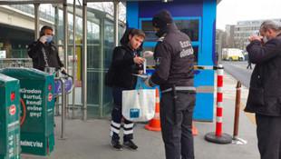 İBB toplu ulaşımda maske dağıtmaya başladı
