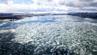 Buzları çözülen Nazik Gölü'nde güzel görüntüler oluştu