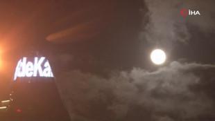 İlginç görüntüler: Süper Ay da ''Evde kal'' dedi...