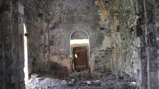 Defineciler tarihi yapıyı savaş alanına çevirdi