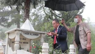 Koruması ıslanırken şemsiye altında duran belediye başkanına tepki yağdı