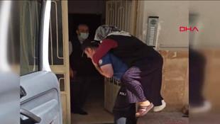 Polis, ayağı kırılan kadını sırtında taşıdı