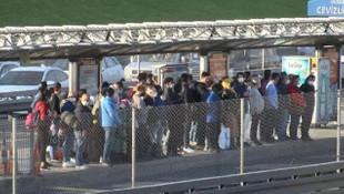 Metrobüs ve tramvay duraklarındaki kalabalık korkuttu