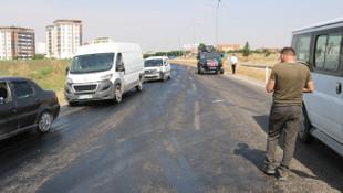 Sıcak hava asfaltı eritince kayganlaşan yolda kaza meydana geldi
