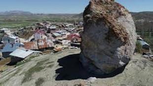 Sivas'ta köyün tepesinde korkutan kaya!
