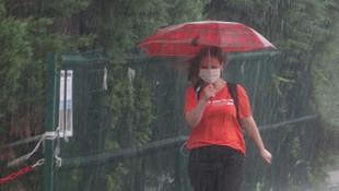 Bursa'da hayat felç oldu! Sağanak yağış bir kadını böyle sürükledi!