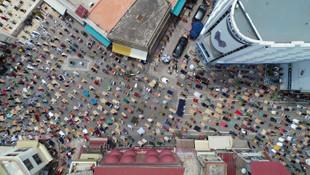 Trafiğe kapatılan caddede cuma namazı