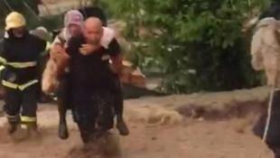 Sel sularında mahsur kalan kadın ve köpeği böyle kurtarıldı