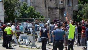 Karantinanın uzatıldığı mahallede gerilim tırmanıyor! Polise taş attılar