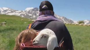5 yaşındaki kızı ve bir kuzuyu sırtında taşıdı!