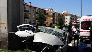 Otomobil üst geçidin ayağına çarptı: 1 kişi öldü