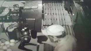 Hırsızlık için girdiği dükkanda portakal suyu sıkıp, içti!