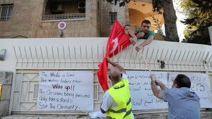 Ankara uyuma! Başkonsolosluğumuza saldırıp, bayrağımızı yaktılar!