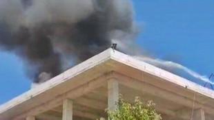 Alevlerin ortasında mahsur kalan iki işçi son anda kurtarıldı