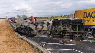 Yolcu otobüsü ile 2 TIR çarpıştı: 32 yaralı