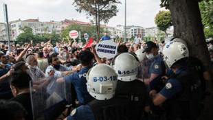 Bakırköy Belediyesi önü karıştı! Binaya yumurta attılar