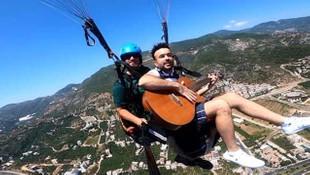 800 metre yükseklikte gitar çalıp şarkı söyledi!