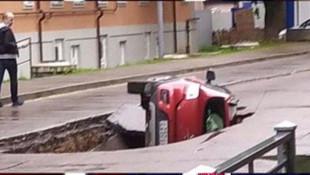 Rusya'da otomobil asfaltı çöktü! Araç çukura düştü