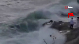 Kayalıklarda düğün fotoğrafı çektiren çifti dalgalar yuttu