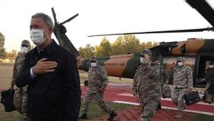 Bakan Akar, sınır hattında incelemelerde bulundu