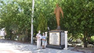 Atatürk anıtına çiçek koymak da suç oldu