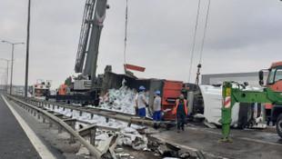 TEM Otoyolu'nda TIR devrildi, yol ulaşıma kapandı