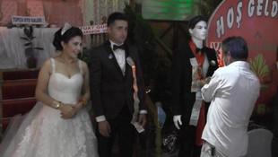 Düğünde takılar cansız mankenlere takıldı