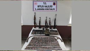 Bitlis'te yol kontrolü sırasında çok sayıda silah ve mühimmat ele geçirildi