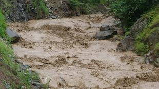 Trabzon'da sel felaketi! 15 işçi son anda kurtuldu