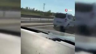 Trafikte çocuk sürücü şoku! Araçları sollayarak ilerledi