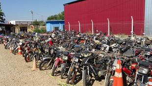 Çeşitli borçlar nedeniyle alıkonulan motosikletler çürüyor
