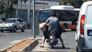 Hayrete düşüren olay! Motosiklete iki kişi ve bir koyun bindiler