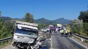 Otomobil ile kamyonet çarpıştı: 2 ölü, 3 yaralı