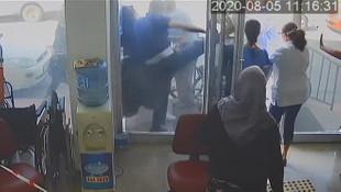 Öğretim görevlisi doktorlara saldırdı!