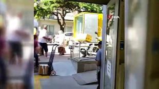 Kargo çalışanı kolileri basket atar gibi kamyona fırlatırken yakalandı!
