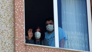 Komşularının düğününe giden çift koronavirüse yakalandı!