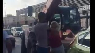 Kadın ile erkek sürücünün yumruklu kavgası kamerada