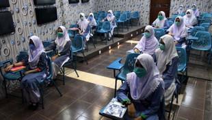 Pakistan'da çocuklar 6 ay sonra yeniden okullarına kavuştu