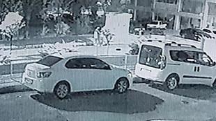 Kadına şiddet kamerada! Giden araçtan kendini attı!